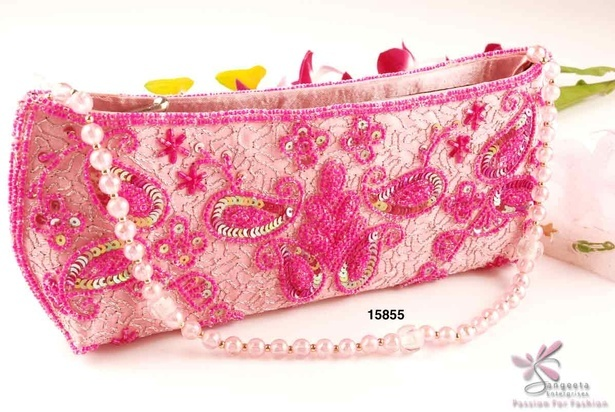 A magnetically charming evening bag in pink colour