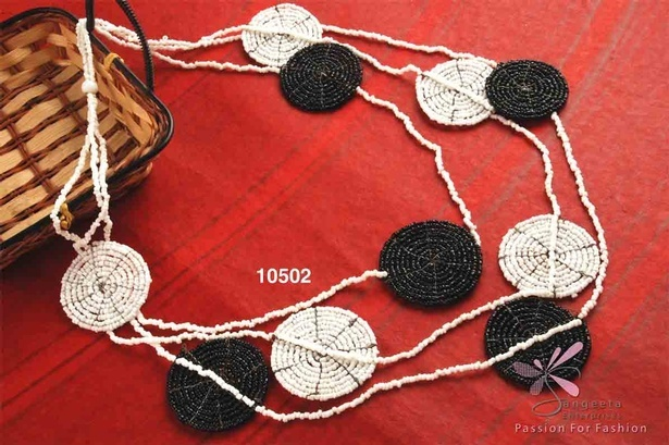 Seed beads triple-row necklace in black and white colour