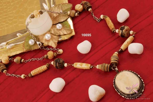 Bone and metal necklace in beige, off-white and brown colour