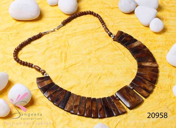 Bone and metal graduation necklace in dark brown colour