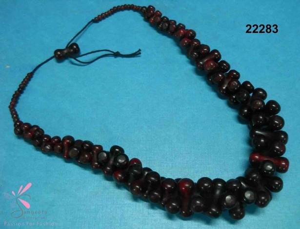 Horn necklace in shades of red and black colour