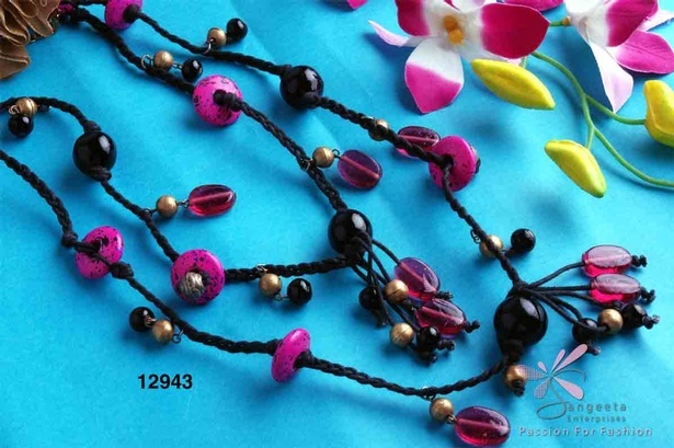 Beaded necklace in pink, gold and black colour