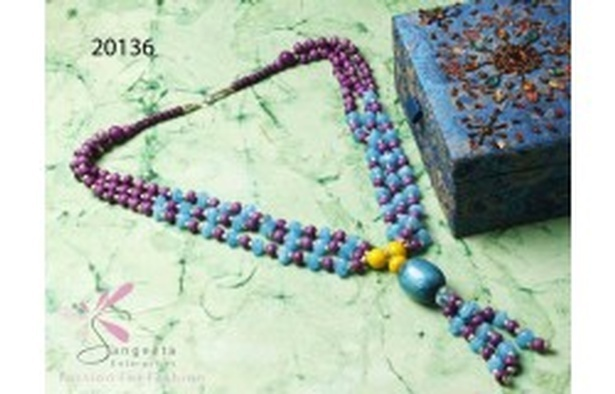Triple-row necklace of resin beads in blue and purple colour